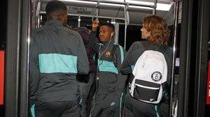 Ansu Fati, junto a Umtiti y Griezmann, en el viaje de regresode Milán a Barcelona.