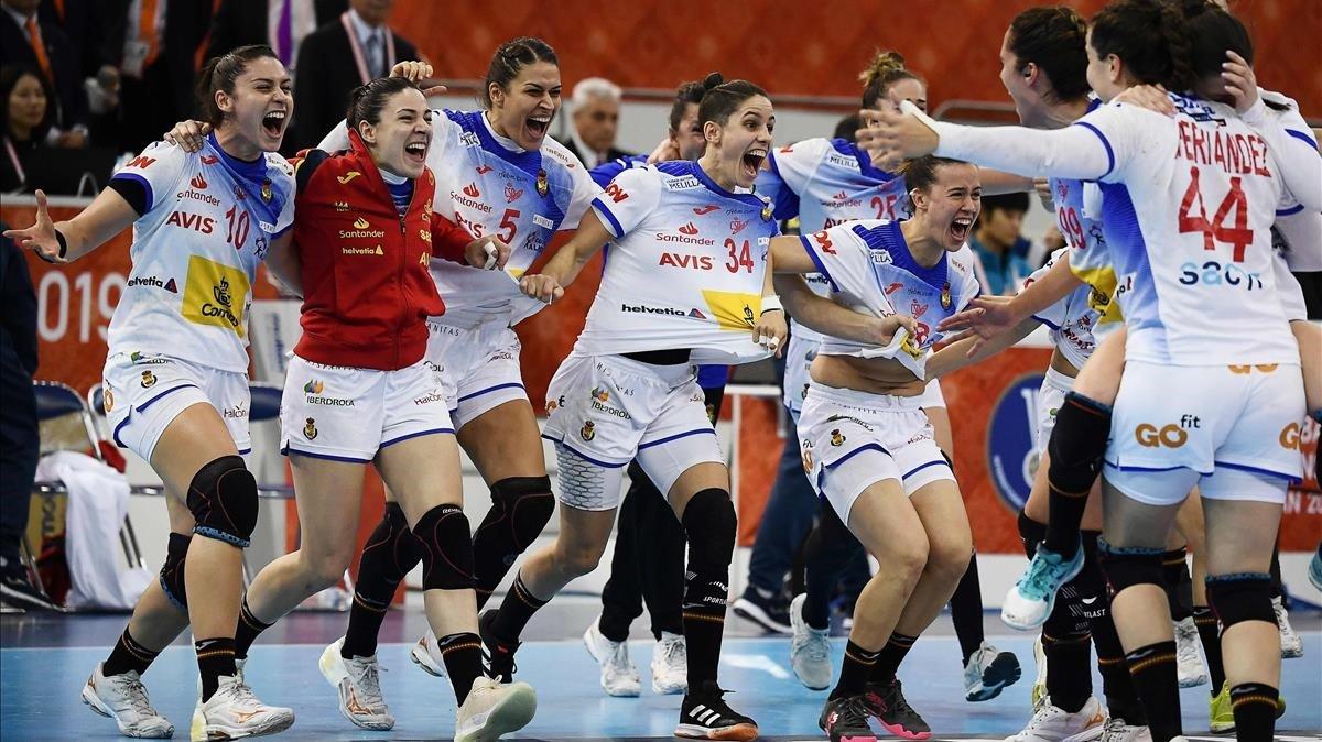 Las jugadoras de la selección española de balonmano en Japón durante la 'semi' con Noruega.