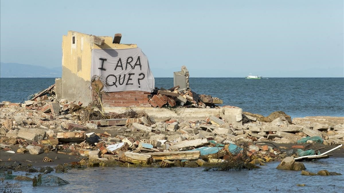 Varios edificios cercanos al mar han quedado totalmente destrozados por el oleaje y las lluvias torrenciales del pasado enero