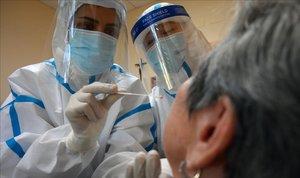 El món pateix un nou repunt de contagis i morts pel coronavirus