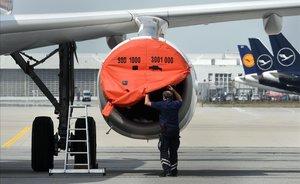 Quarantena per a 13 persones de l'avió a Lanzarote amb un passatger amb coronavirus