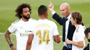 Zinedine Zidane, en una de las pausas del Real Madrid-Eibar.