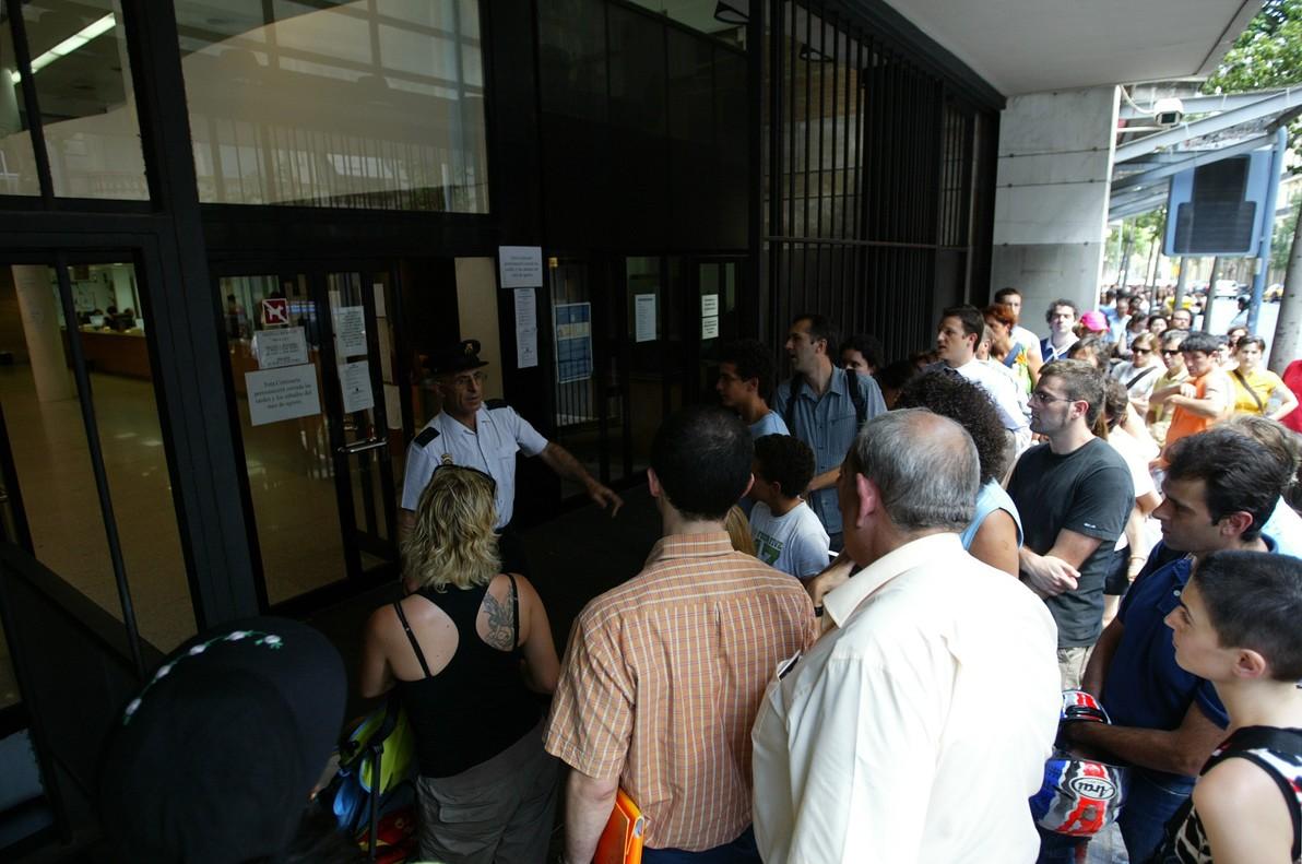 Colas en la comisaría de policía de la calle Balmes para renovar el pasaporte y el DNI.