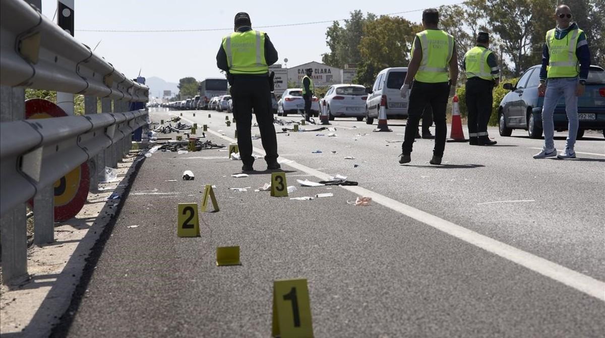 Agentes de la Guardia Civil, en el accidente de Oliva.