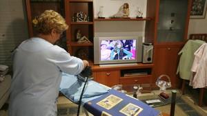 zentauroepp7324222 barcelona 22 11 2007 una ama de casa mira el programa de ant171120220902