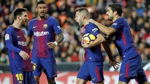 Messi, Paulinho, Alba y Suárez celebran el gol del empate azulgrana en Mestalla.