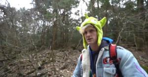 Fotograma del polémico vídeo de Logan Paul en el bosque de los suicidios de Japón.