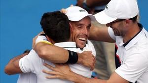 Roberto Bautista se abraza a todo su equipo tras ganar la final del torneo de Auckland frente al argentino Juan Martin del Potro.