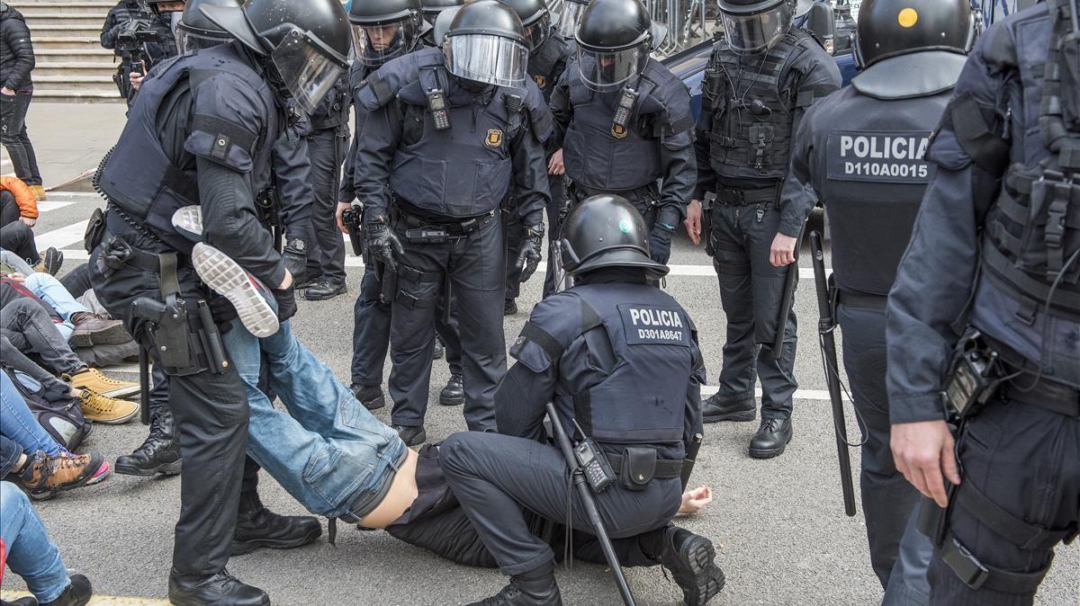 zentauroepp42278925 barcelona 23 02 2018 antidisturbios de los mossos desalojan180223120454