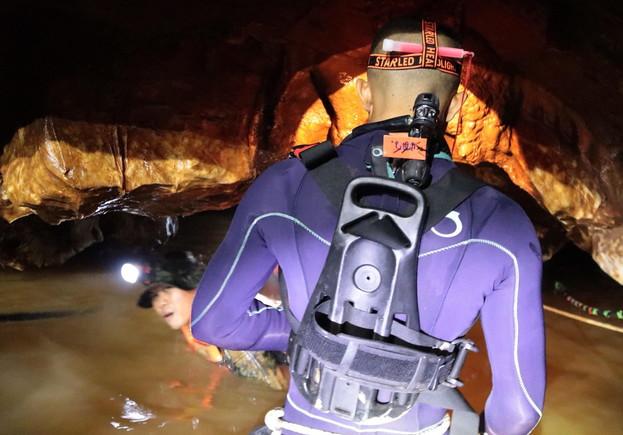 Uno de los buceadores en el interior de la cueva de Tailandia