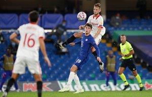 El sevillista Rakitic (d) disputa un balón ante Kai Havertz en el partido contra el Chelsea.