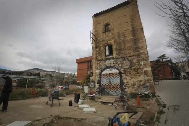 Imagen exterior de la Torre del Moro, en el barrio de Horta, okupada y en estado de abandono.