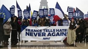 Activistas de la oenegé estadounidense Avaaz muestran una pancarta de alegría por la victoria de Macron, en París, el 8 de mayo.