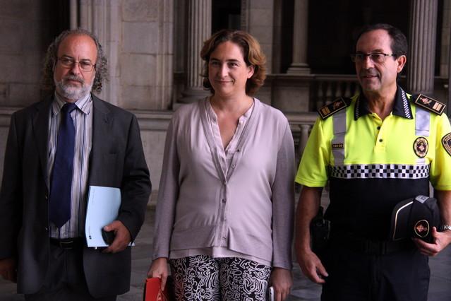 Ada Colau con Amadeu Recasens, comisionado de Seguridad y el jefe de la Guàrdia Urbana, Evelio Vázquez en una foto de archivo.