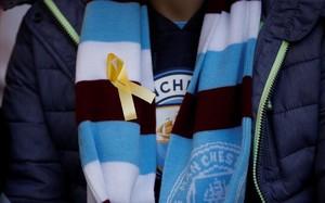 Un aficionado del City luce en su bufanda un lazo amarillo antes de la final de Wembley
