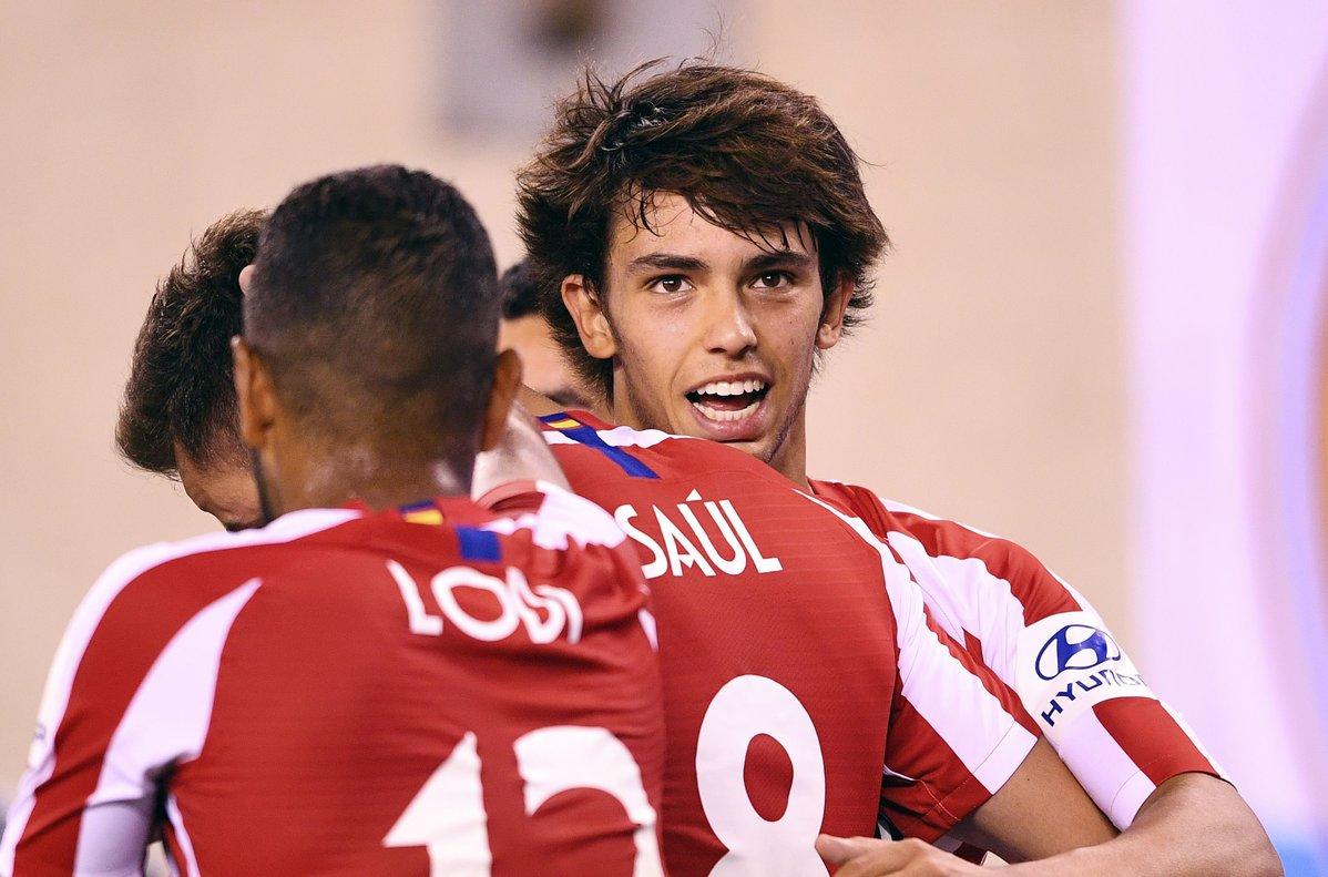 João Félix (d) celebra uno de los goles del Atlético en el derbi de pretemporada ante el Madrid.