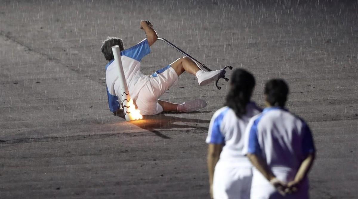 La atleta brasileña Marcia Malsar cae durante la ceremonia de apertura de los Juegos Paralímpicos en Río.