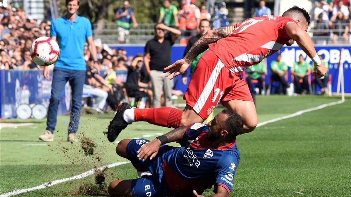 Akapo, del Huesca, disputa un balón a Aday Benítez, del Girona.