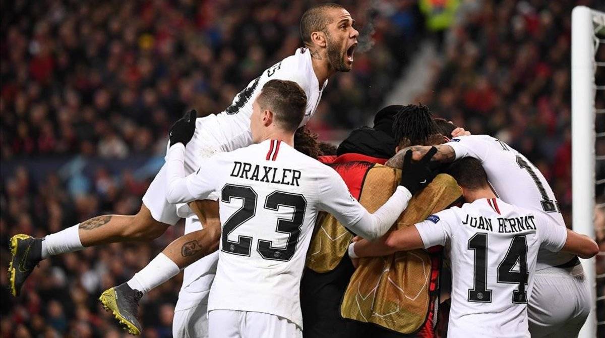 Alves celebra el gol de Mbappé, el 0-2 al United en Old Trafford.