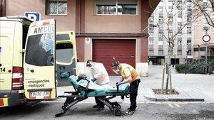 Un anciano es trasladado al hospital desde la calle Fluvià, en el barcelonés barrio de La Verneda.