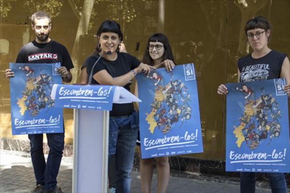 Anna Gabriel muestra, ayer, el cartel de la CUP en Barcelona. A la derecha, la ilustración.