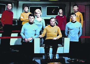 De arriba abajo y de izquierda a derecha, James Doohan (Montgomery Scott), Walter Koenig (Pavel Chekov), Majel Barrett (Chiristine Chapel), Nichelle Nichols (teniente Uhura), George Takei (Hikary Sulu), DeForest Kelley (Leonard McCoy), William Shatner (James T. Kirk) y Lenonard Nimoy (Spock).