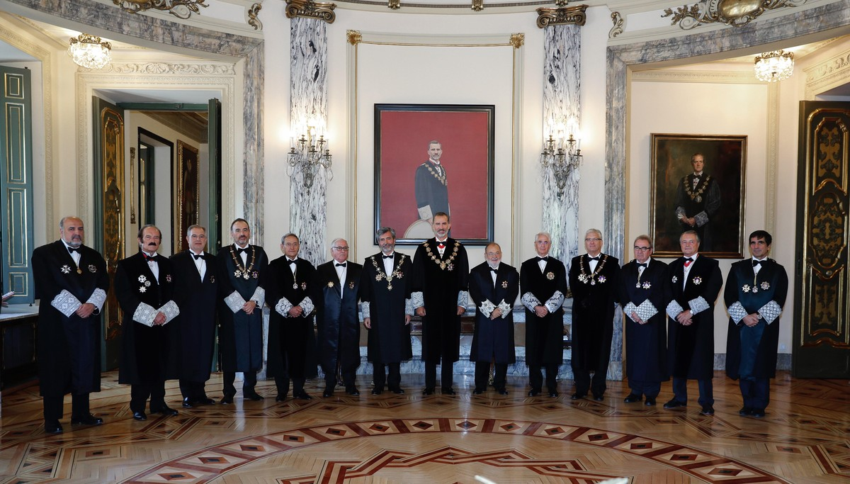 El Rey Felipe VI posa en la foto de familia, junto a los miembros del Consejo General del Poder Judicial.