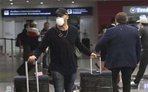 Turistas en elAeropuerto de Ezeiza en Argentina, en la crisis de coronavirus.