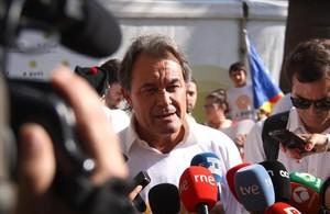 El expresident Artur Mas atiende a los medios en la manifestación de Barcelona.
