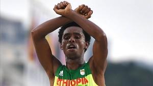 El atleta etíope Feyisa Lilesa cruzando la línea de meta tras acabar segundo en elmaratón de Río.