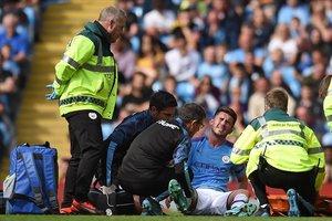 Aymeric Laporte es atendido tras lesionarse en el partido ante el Brighton