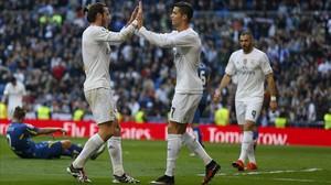Bale y Cristiano Ronaldo se felicitan tras el gol del galés ante el Getafe, con Benzema al fondo, el sábado