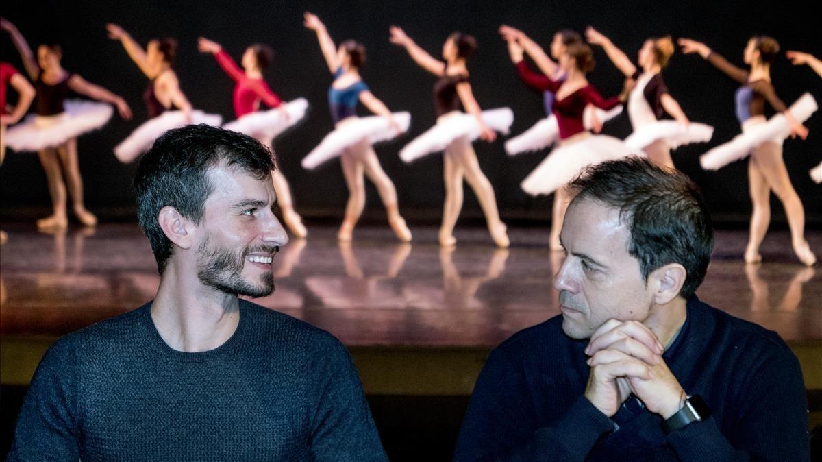 Los directores Leo Sorribes y Elias Garcia con algunas bailarinas del Ballet de Catalunya, en el Centre Cultural de Terrassa, donde la compañía reside.