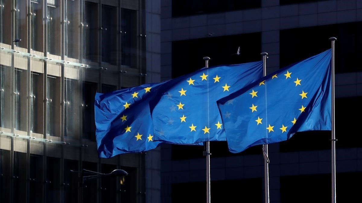 Banderas de la Unión Europea ondean frente al edificio de la Comisión Europea, en Bruselas.