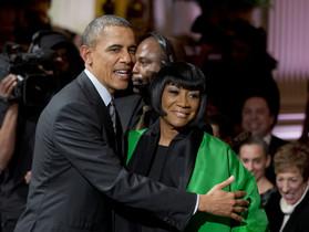 Barack Obama, con Patti LaBelle, que interpretó Over the rainbow, en el concierto de anoche en la Casa Blanca.
