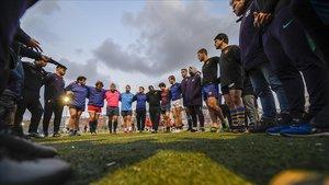 Los jugadores del Barça unidos en un abrazo previo a comenzar el entrenamientoen el campo de 'La Teixonera'.