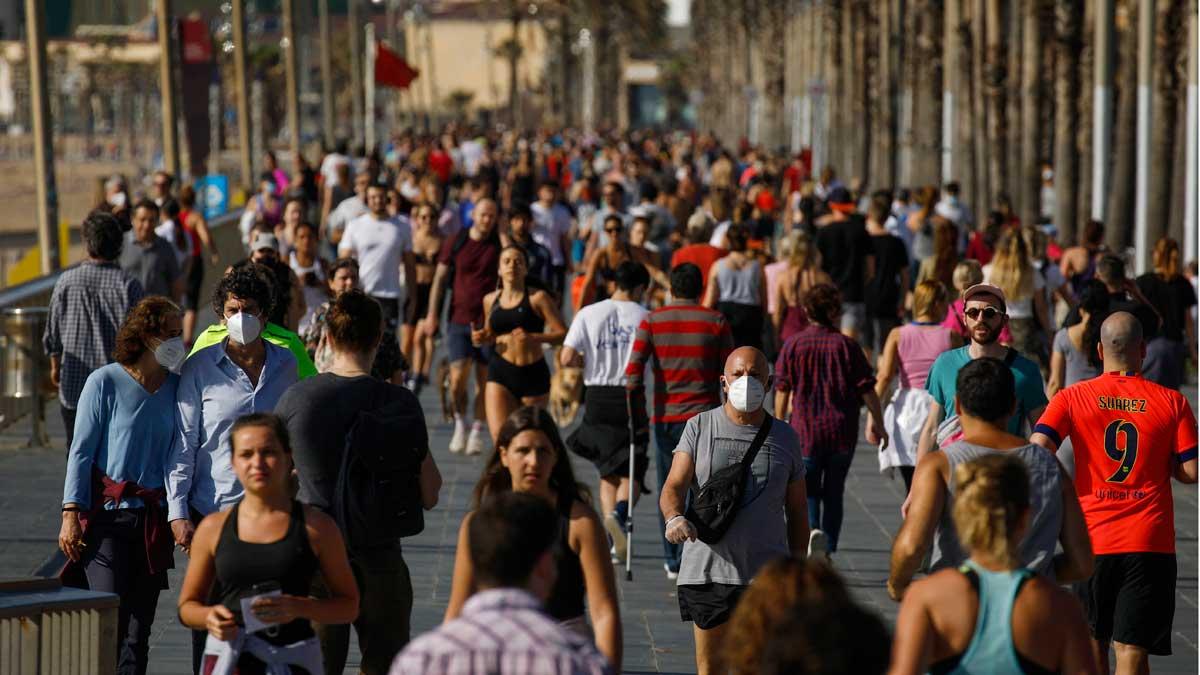 Barceloneses practicando deporte en la Barceloneta, el primer día del estado de alarma en que se permite realizar actividad física.
