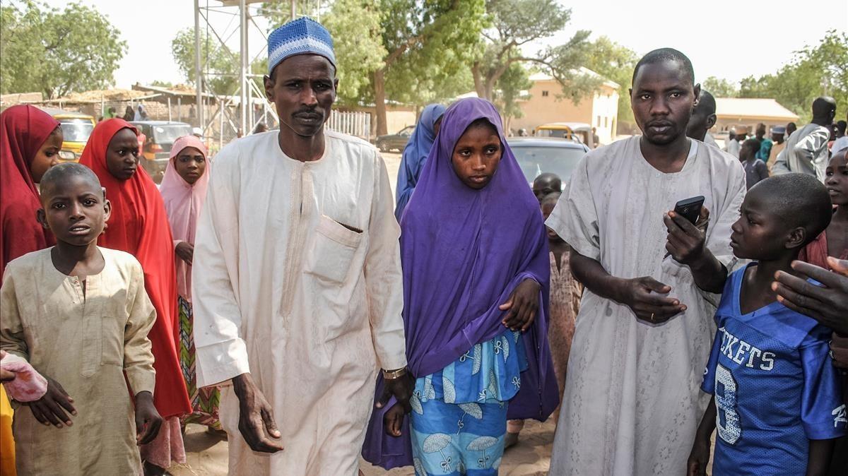Una de las niñas liberadas junto a su padre.