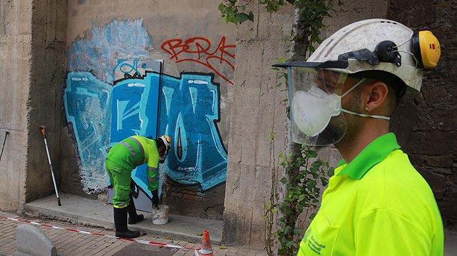 Así trabaja una brigada de limpieza de 'graffitis' en Barcelona.