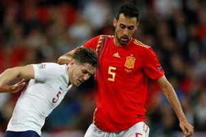 Busquets, junto a Stones y Asensio, en una acción del partido que España jugó en Wembley el pasado sábado