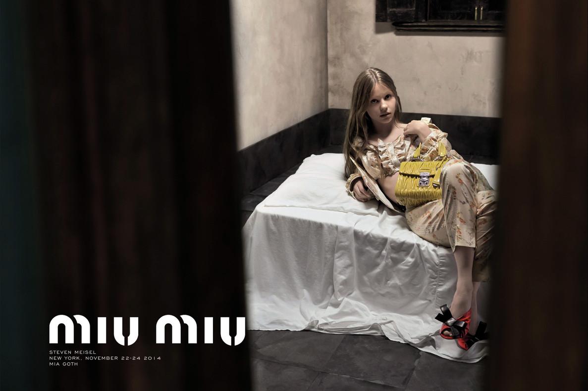 Campaña de Miu Miu que fue censurada por sexualizar la infancia.