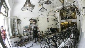 En El Ciclo comparten espacio lámparas hechas con partes de velocípedosy bicis de alquiler.