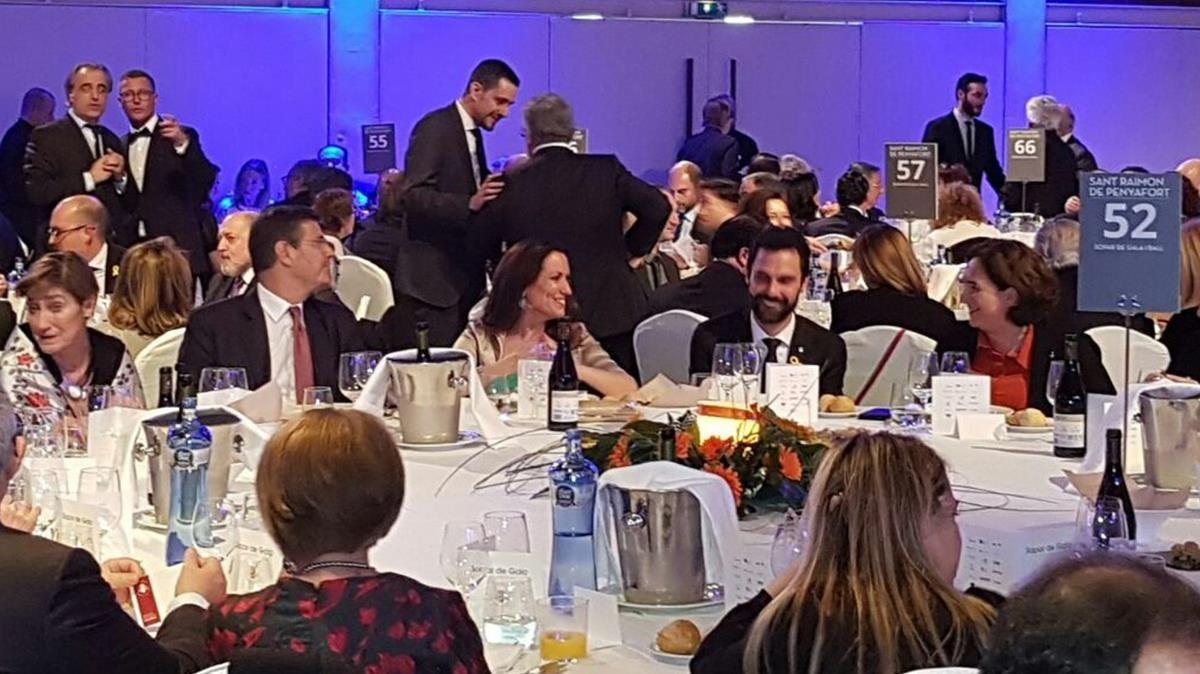 Rafael Catalá, Maria Eugènia Gay, Roger Torrent y Ada Colau, en la cena de gala del Col·legi dAdvocats.