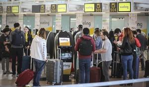 Colas de facturación de Vueling en el aeropuerto de El Prat.