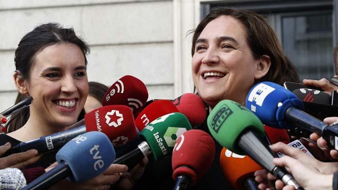 Colau lamenta que el PSOE renuncie a regular las subidas abusivas de los alquileres en el nuevo decreto. En la foto, Colau junto a Irene Montero.