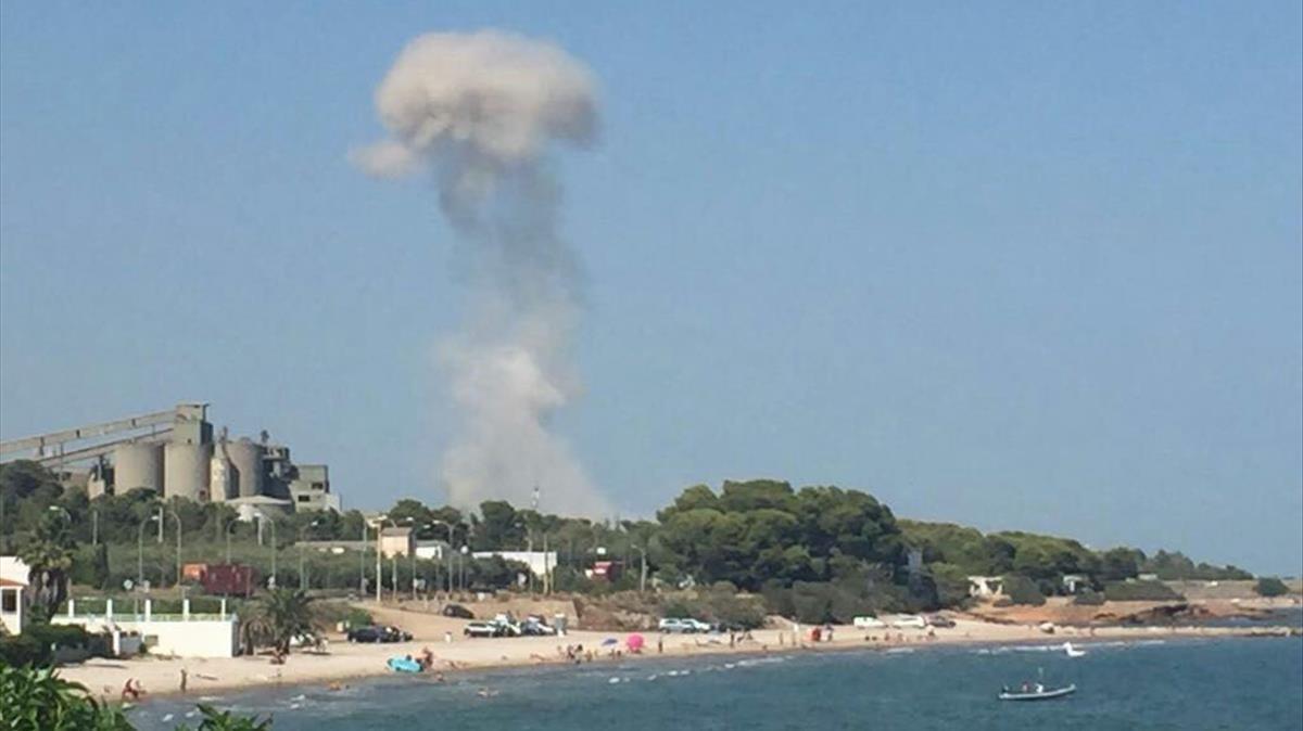 Columna de humo de la explosión en la casa de Alcanar en la que los terroristas fabricaban los explosivos, vista desde el mar.