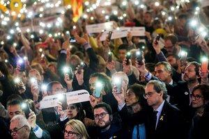 GRAF8109. BARCELONA, 16/10/2018.- El presidente de la Generalitat, Quim Torra (abajo 2d), participa en la concentración Un año de vergüenza, un año de dignidad convocada por la ANC y Ómnium en homenaje a Jordi Sánchez y Jordi Cuixart, cuando se cumple un año de su prisión preventiva, hoy en la Plaza Cataluña de Barcelona. EFE/Enric Fontcuberta