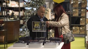Consumidores aprovechan las ofertas del Black Friday.