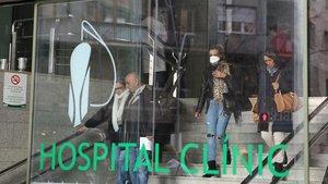 Acceso al Hospital Clínic de Barcelona, donde permanecen ingresados pacientes con coronavirus de Catalunya.