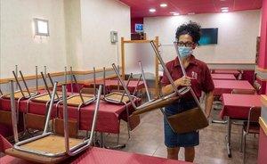 Un bar de Lleida que todavía no puede atender en el interior del establecimiento debido al coronavirus.